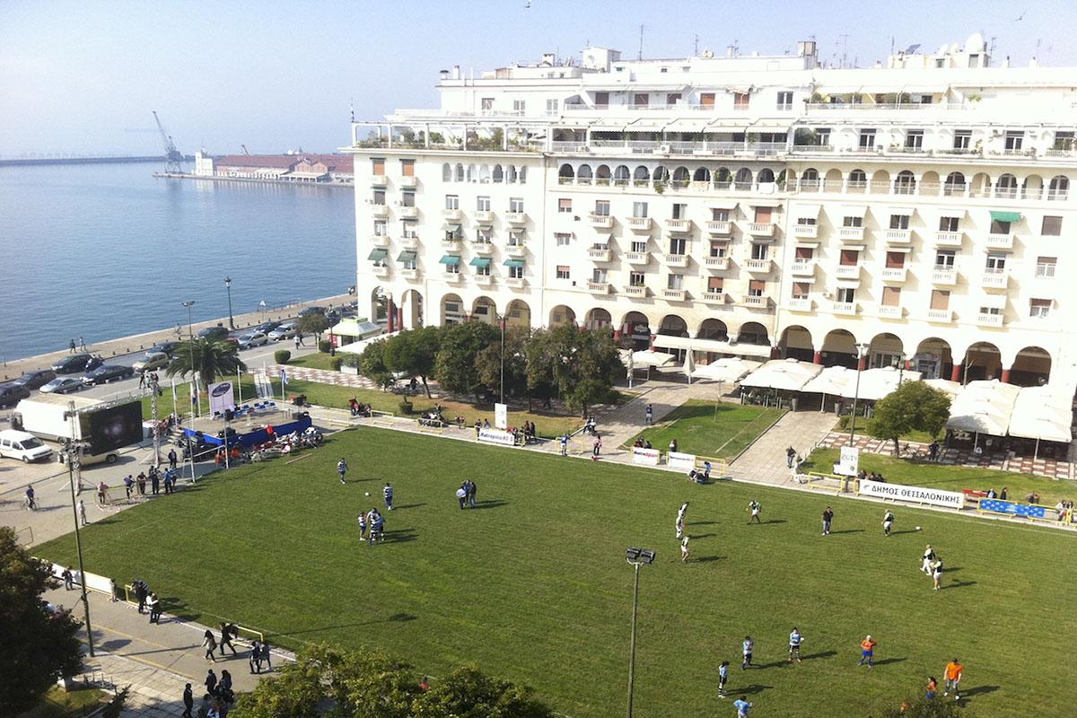 Αγώνας Ράγκμπι στην Πλατεία Αριστοτέλους και πρασίνισμα της πλατείας
